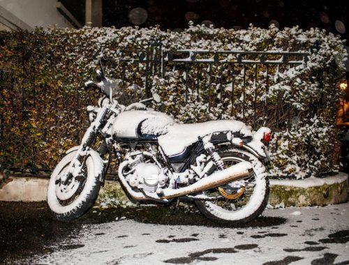 moto sous la neige en hiver