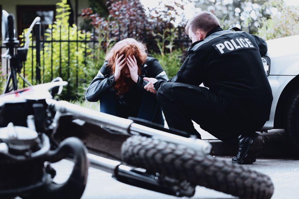 policier interroge un motard
